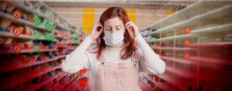 Женщина в маске во время пандемии