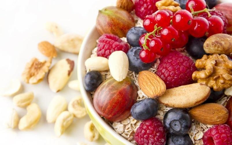 Орехи и ягоды для перекуса